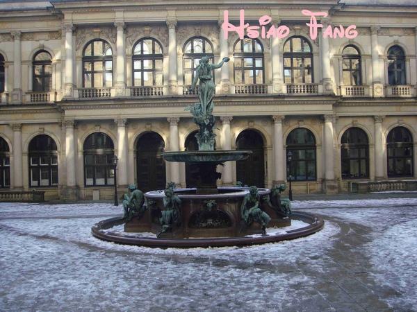 Hamburg市政廳後的紀念瘟疫噴泉-2.jpg