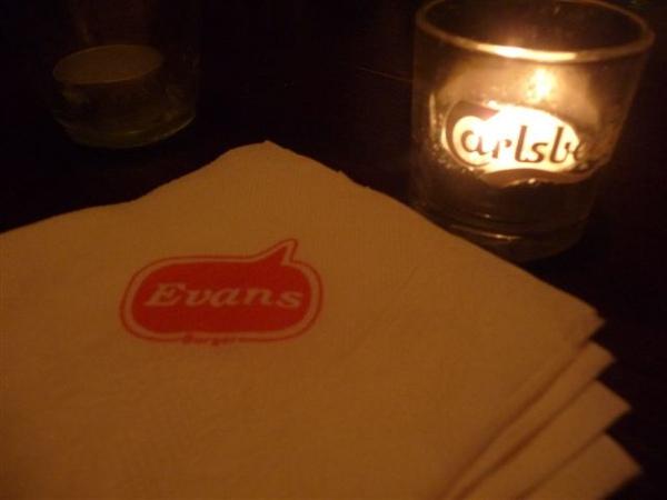 每桌都有小蠟燭
