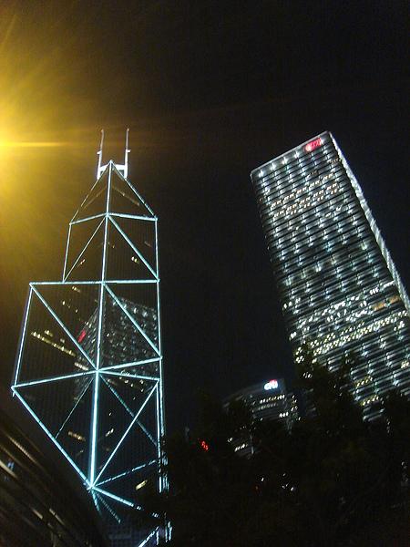 左邊那棟好像叫做中銀大樓的樣子
