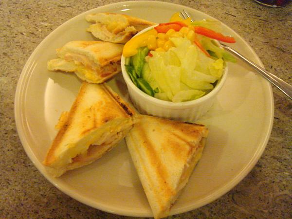 很夏威夷的燻雞三角麵包