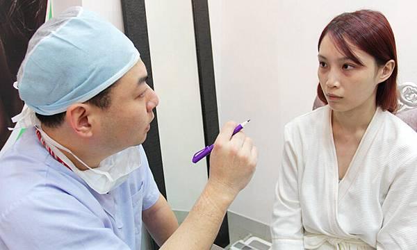 細心的倪宗聖醫師正在評估Irene的眼袋狀況