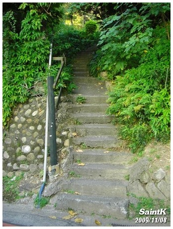 不知道通到哪的樓梯...