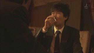 庭野悶著喝酒.JPG