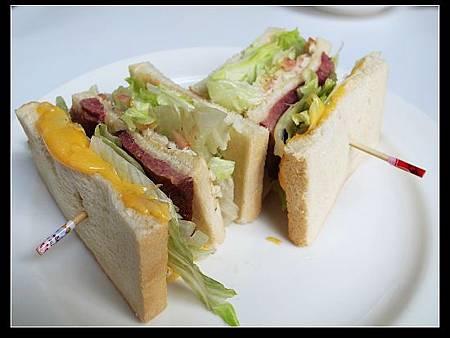 煙燻牛肉總匯三明治