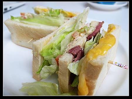 煙燻牛肉總匯三明治 2