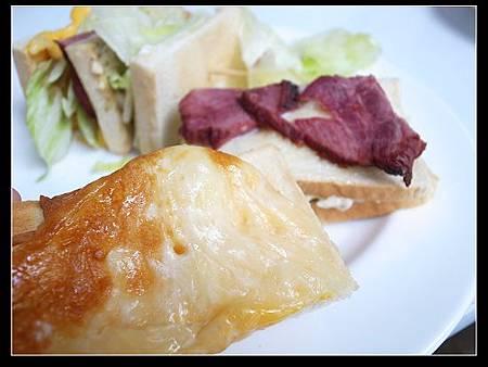 煙燻牛肉總匯三明治 4