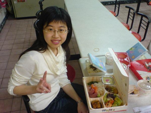 再來是壽星滿嫌與她的生魚片定食