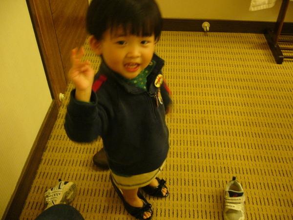飯店房間裡偷穿媽媽高跟鞋的女孩