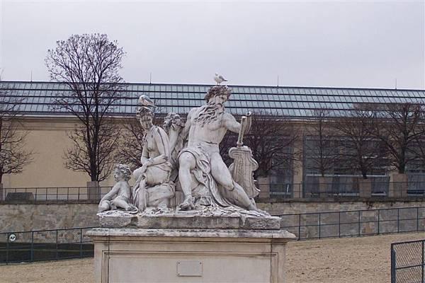 圖理樂花園中被鳥佔據的希臘神像