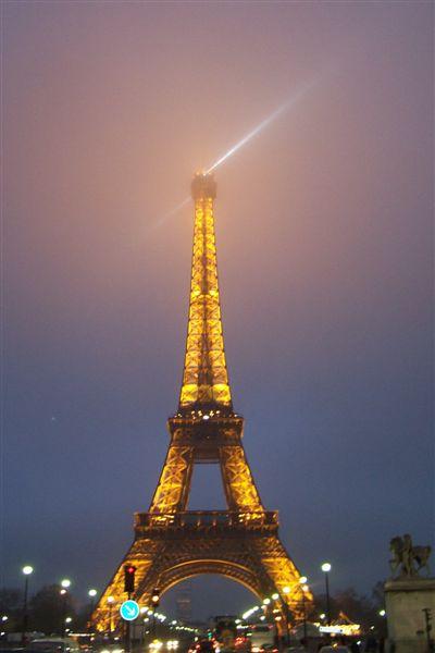 鐵塔也開始亮了