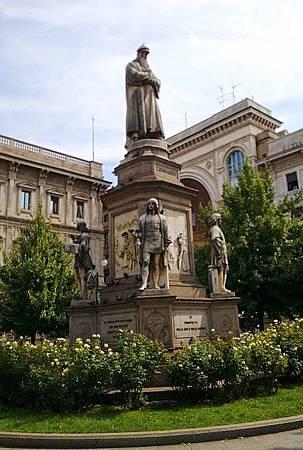 達文西雕像