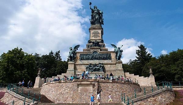 尼達瓦德紀念碑