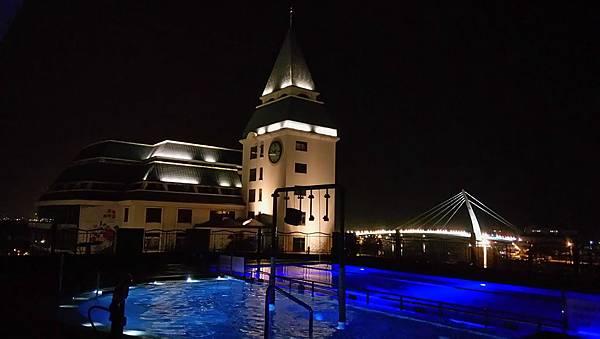 夜間游泳池