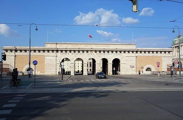霍夫堡皇宮 城門.JPG