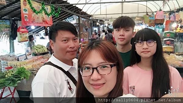 Bang Nam Phung floating market (2).JPG