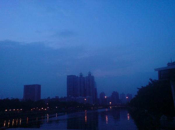 清晨六點的愛河.jpg