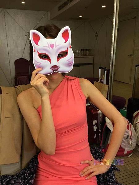 隋棠收到狐狸精面具開心把玩.JPG