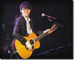 香港歌手方大同12月17日將登小巨蛋開唱,自嘲不多換衣服、只換吉他。