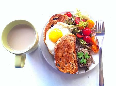 焦恰恰雜糧麵包太陽蛋佐蕃茄油醋沙拉及香料炒野菇2.jpg