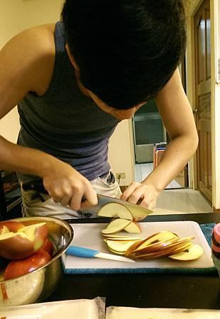 孤身廚房-【學料理】〈烘焙〉超方便!極簡單!蘋果玫瑰花捲2.jpg