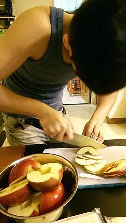 孤身廚房-【學料理】〈烘焙〉超方便!極簡單!蘋果玫瑰花捲3.jpg