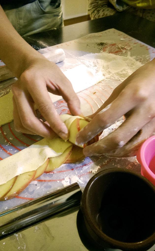 孤身廚房-【學料理】〈烘焙〉超方便!極簡單!蘋果玫瑰花捲9.jpg