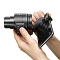圖7.選購Sony鏡頭式相機專屬配件【ADP-FSK1】多角度拍攝套組,拍攝高、低角度及自拍都能毫不費力.jpg