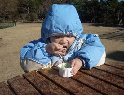 天氣很冷,但是小日堅持要吃冰淇淋...
