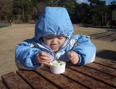 實在太冷了,他邊抖邊呵氣...但是還是吃完冰淇淋了
