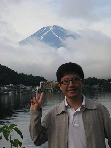 李醫師攝於富士山前.JPG