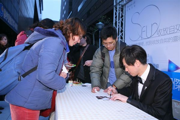 聖傑為歌迷簽名中