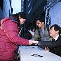 聖傑與上台簽名的歌迷握手中