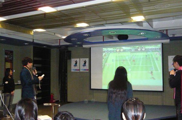 聖傑與幸運歌迷對打Wii網球.JPG