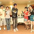 5李聖傑噴香檳眾人逃.JPG