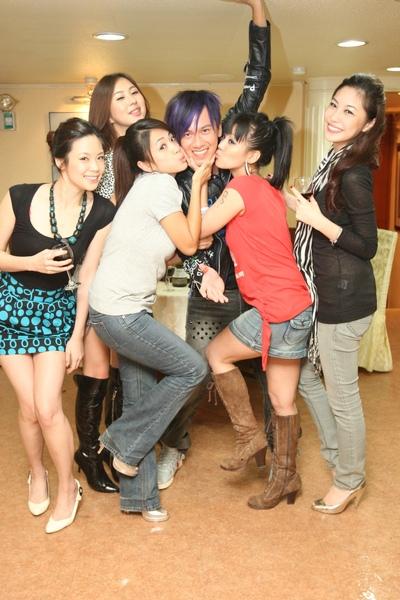7眾美女獻吻.JPG