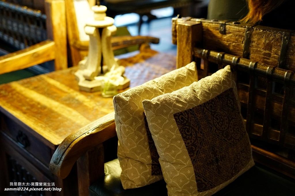 大廳中有許多古董家具,質樸中透露出時光的痕跡,讓人好生喜歡,光是坐在這兒,喝杯大廳中提供的冰水,就覺得非常放鬆。