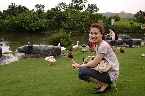 高雄美術館-因為草皮都被大家踩禿了,所以現在池塘邊圍起來了看不到如此悠閒的場景了.jpg
