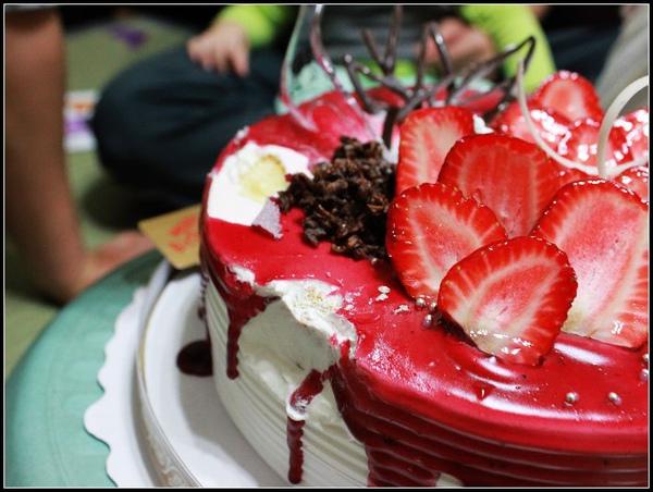 殘缺的草莓蛋糕.JPG