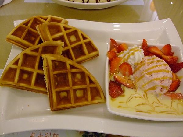 草莓奶油鬆餅 180元