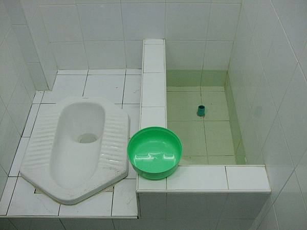 有些廁所要舀水沖