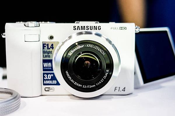 Samsung EX2F 大光圈F1.4「日光白」11月23日 新色登場 1
