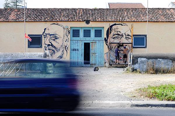 The-walls-of-Vhils-aka-Alexandre-Farto-yatzer-8