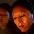 周日在印度達蘭薩拉,一名流亡藏人在燭光追悼會上流下眼淚。追悼會上,人們對當天早上自焚的年輕藏人表達了支持。
