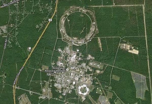 圖上方的大圓環就是粒子加速器.jpg