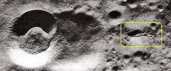 停泊在月亮上的母艦.jpg