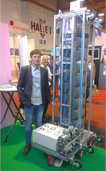 圖2 Ronny本人和300瓦移動式自由能發電機系統.jpg