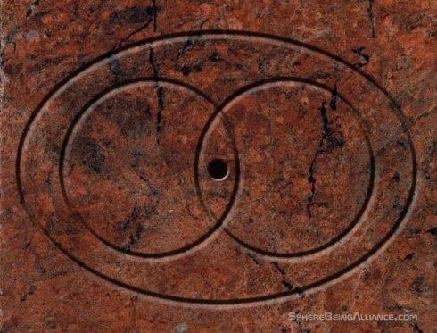 拱門旁的牆上有如下女神符號.jpg