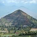 巴东火山的发现令人震惊。山丘实际上不是一个自然的山丘,而是一个300英尺高的金字塔台阶