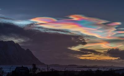 2016年的最後一天,天空出現了極地平流層雲和其他不尋常的雲象1.jpg