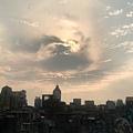 昴宿星的雲船在台北上空開啟一個電漿淨化旋渦.jpg